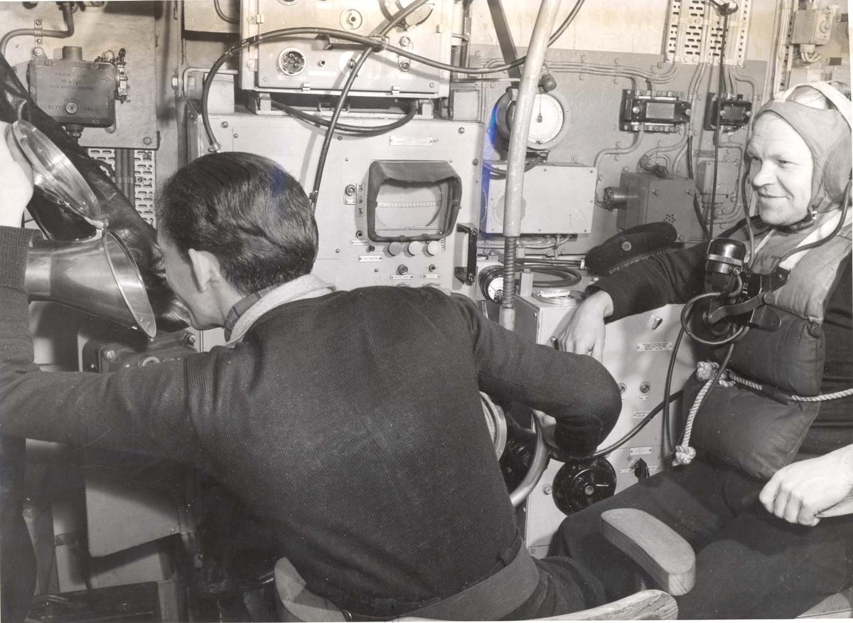 Enkeltbilde. Jageren Stord i konvoy til Murmansk. Bilde fra radio rommet ombord på jageren.