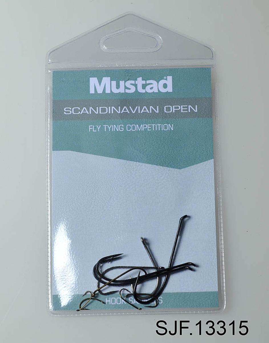 Vinnerkroker fra Mustad Scandinavian open 2012. Består av 10 fiskekroker i et plastetui. Dette er kroker som kan brukes til å binde fluer til konkurransen.