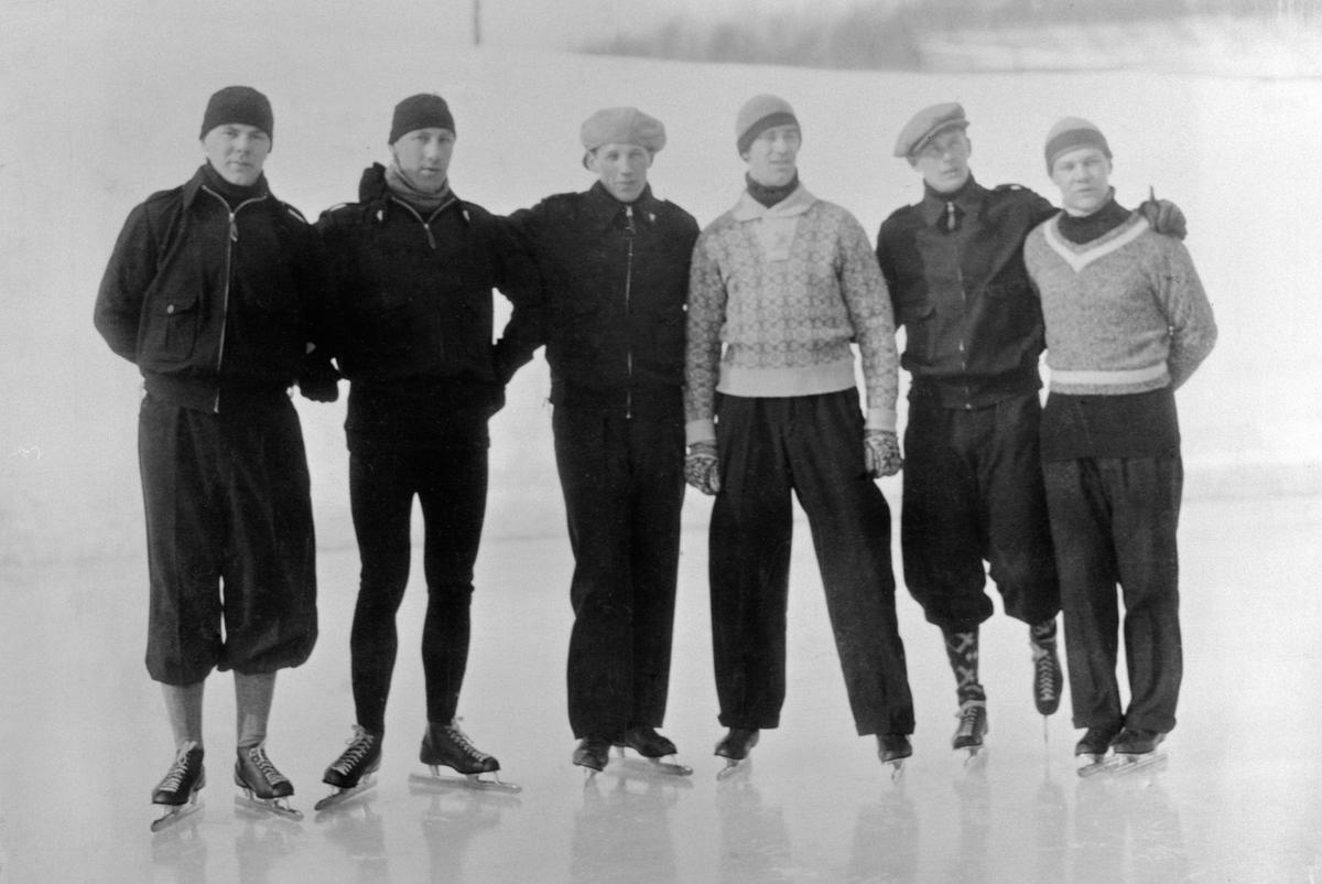 DEN NORSKE OL-TROPPEN, SKØYTERSe Idrett i Hamar gjennom 100 år. bilde nr. 155 Bernt Evensen, Haakon Pedersen, Erling Lindboe, MichaelStaksrud, Hans Engnestangen, Ivar Ballangrud. På baksiden av bildet orginale autografer.