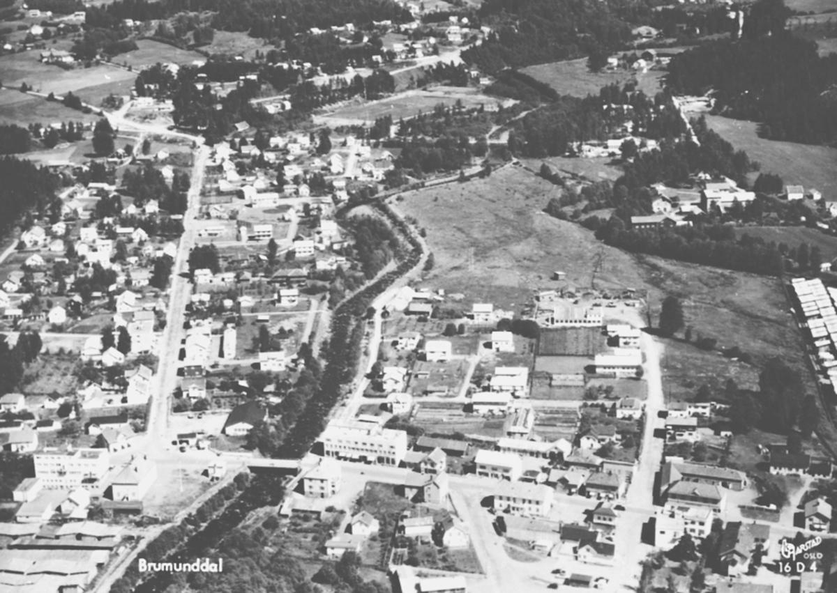 Flyfoto av Brumunddal sentrum.