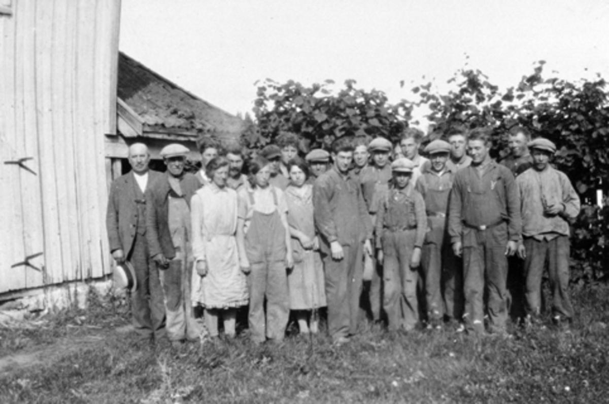 Gruppe arbeidsfolk på Eik, Helgøya.