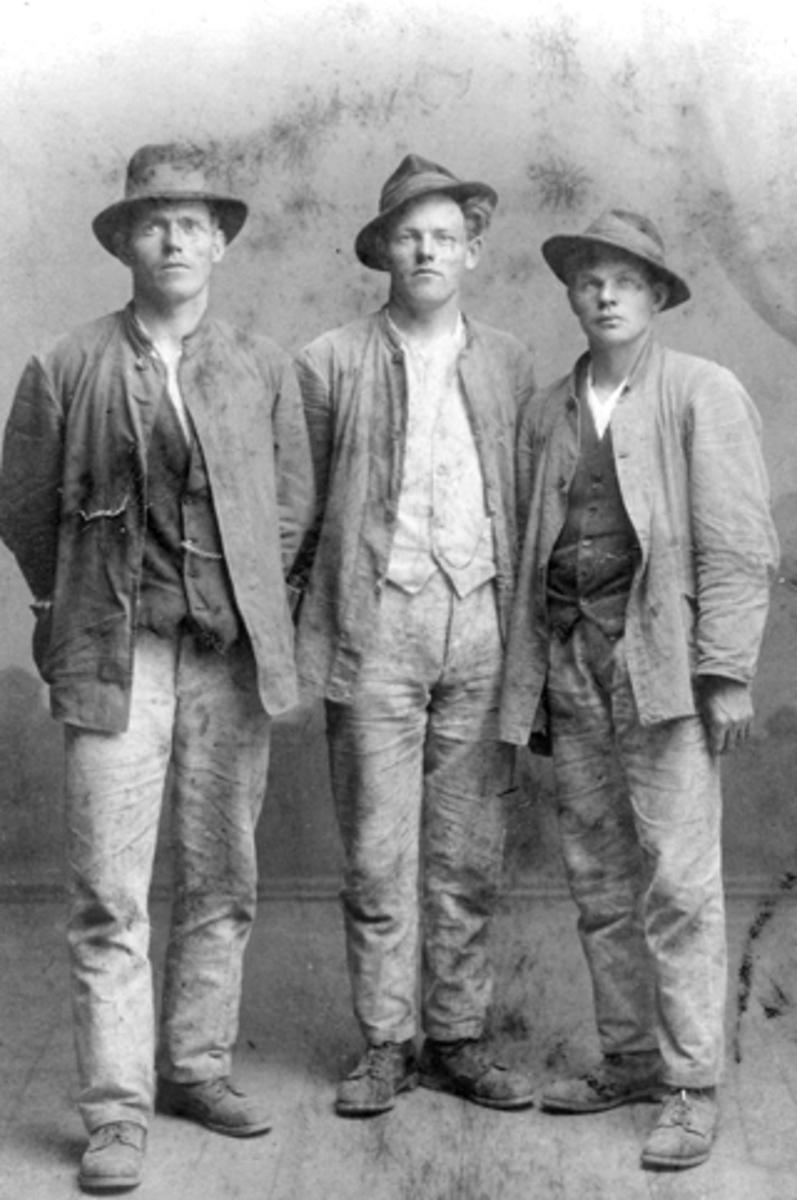 Menn med hatt i arbeidsklær. Fra venstre Oskar Linnerud, Emil Søberg og Sigurd Langseth. Søberg var i mange år sekretær i Nes Arbeiderforening, Nes, Hedmark