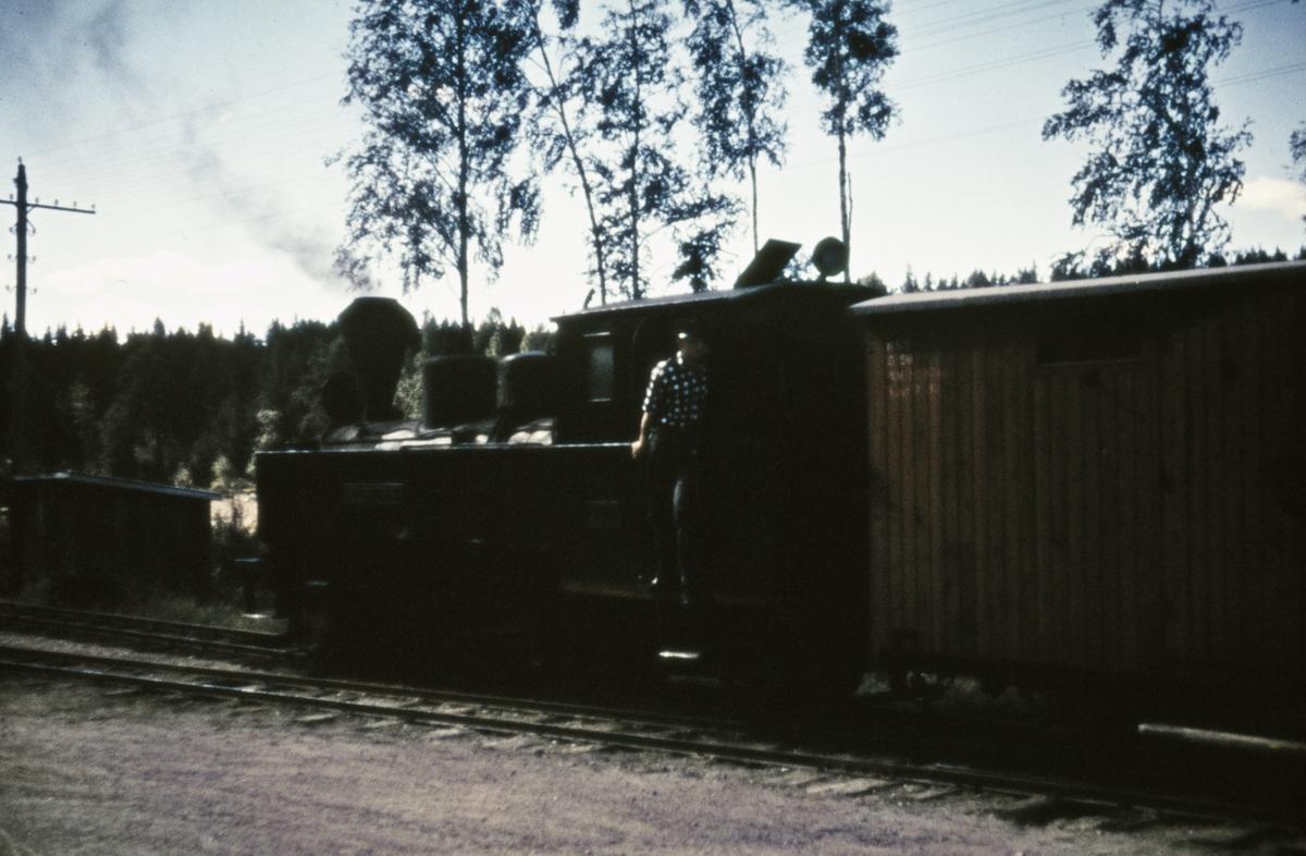Tog 2051 til Skulerud på Hemnes stasjon.