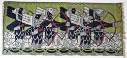 I billedvene er det representert seks bueskytterer som trer opp av bølgene. Bueskytterne er fremstilr som en type fabelvesener: De er en blanding av drage/ slange og menneske. De er i tillegg bekronet med en fjærkrone i bakhodet. Det kan være snakk om basilisker, som er en blanding av slange/ drage og en hane.  Basilisken fremstilles ofte bekronet i en eller annen form., enten det er hanekam, fjærpryd eller fra middelalderen av ofte med en krone. Basilisken er reptilenes konge.   «Bueskyttere» er basert på tittelfrisen til Harald Hårdrådes Saga. Denne finnes illustrertt i Snorre-utgaven, som var ferdig i 1899. Munthe malte en akvarell av motivet ca. 1903, som han solgte til museet og som ble brukt til å utarbeide billedveven. Det er den eneste akvarellen Munthe laget av dette motivet, og den eies fremdeles av Nordenfjeldske Kunstindustrimuseum.