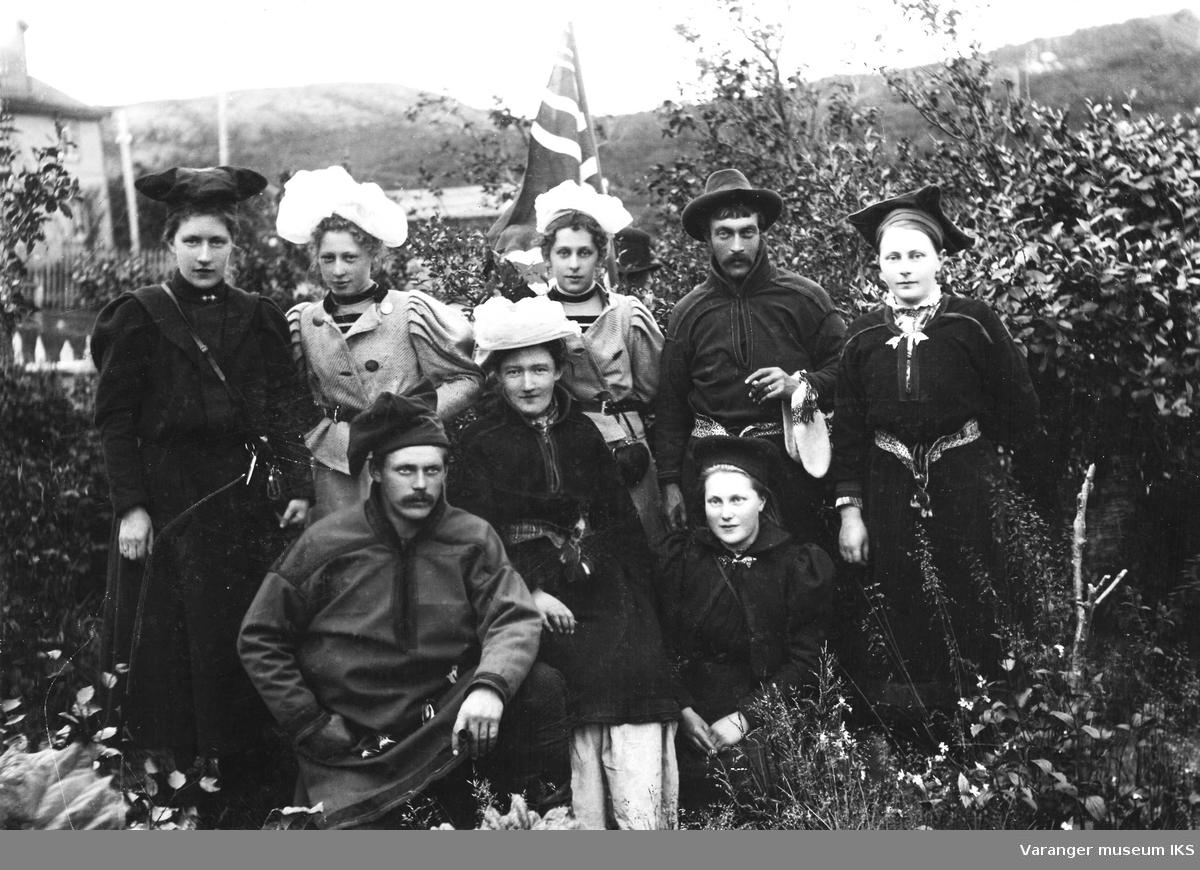 """Søstrene Bente Thomine """"Minka"""" Graff og Olga (Bø) Graff med samisk ungdom i Tana.  Olga er nr to fra venstre på bakerste rad og nr tre fra venstre er Bente Thomine. Begge med hvite hatter."""