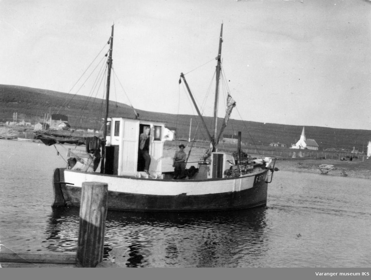 Båten Delfin i Vestre Jakobselv med Magnus Pedersen i døren og Arne Jakola på dekk med hatt.