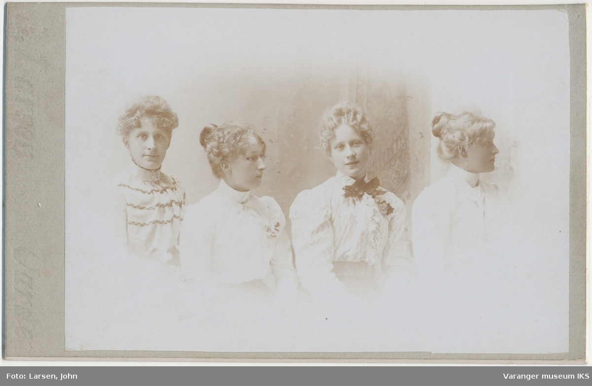 Gruppeportrett, fire kvinner