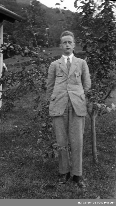 Portrett, Eilev J. Måge ved eit frukttre