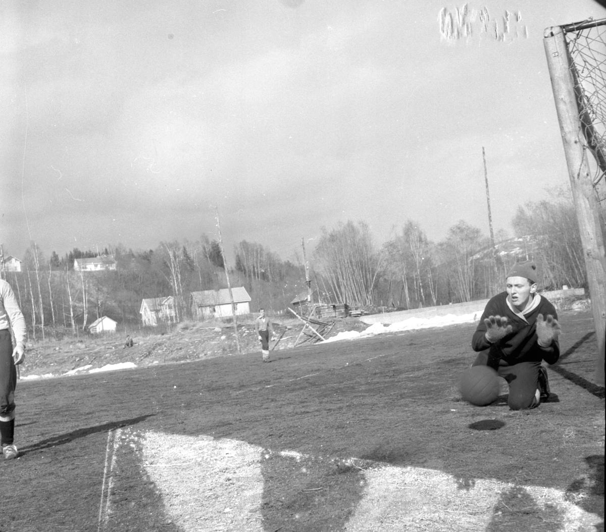 TRENINGSKAMP I FOTBALL MELLOM VANG FL OG HAM-KAM PÅ GRUSBANEN PÅ SVEUM. VANGS KEEPER ASBJØRN NORDSTAD. HAM-KAM VANT KAMPEN 4-0. (HS 11. APRIL 1960). FOTBALL. STED:SVEUM, BRUMUNDDAL. KOMMUNE:RINGSAKER DATO:10. 04. 1960 FOTO:EGIL M. KRISTIANSEN