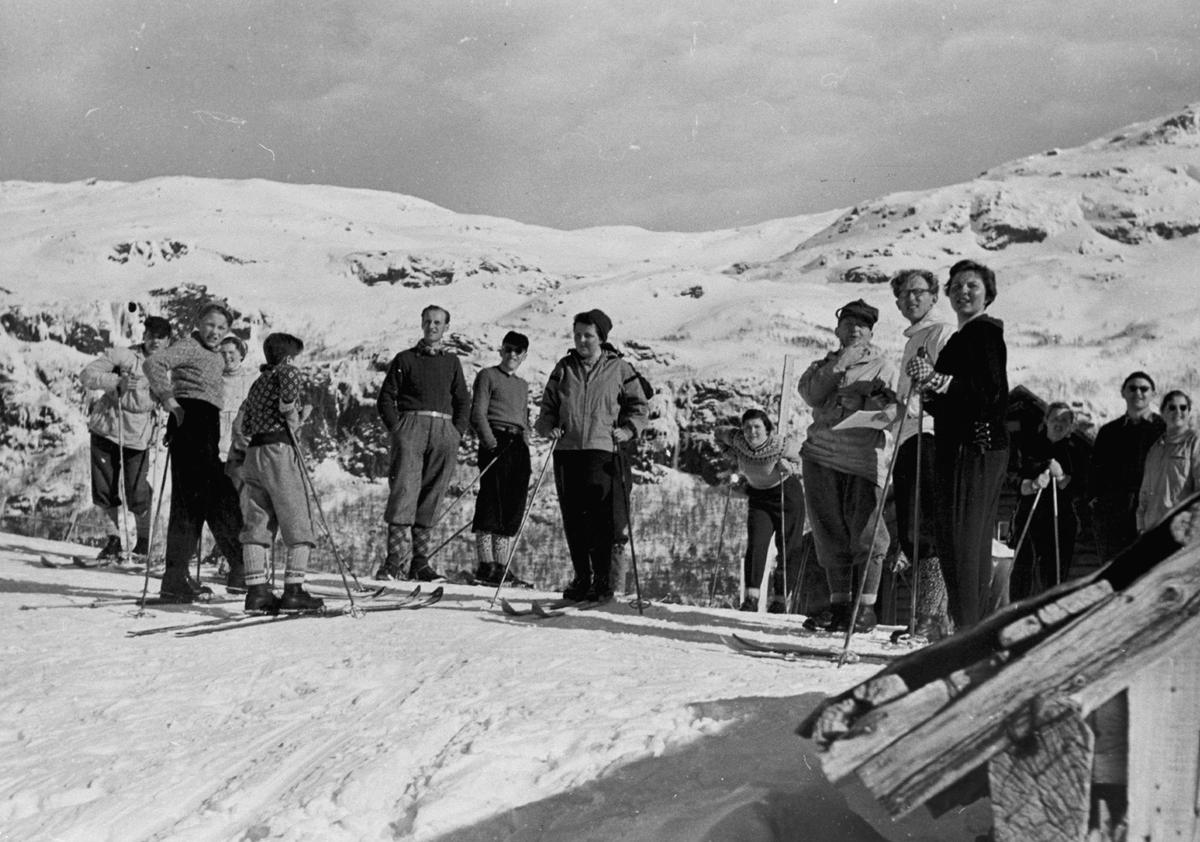 Gruppebilete, 14, skiløparar, vinter, Hildalsstølen