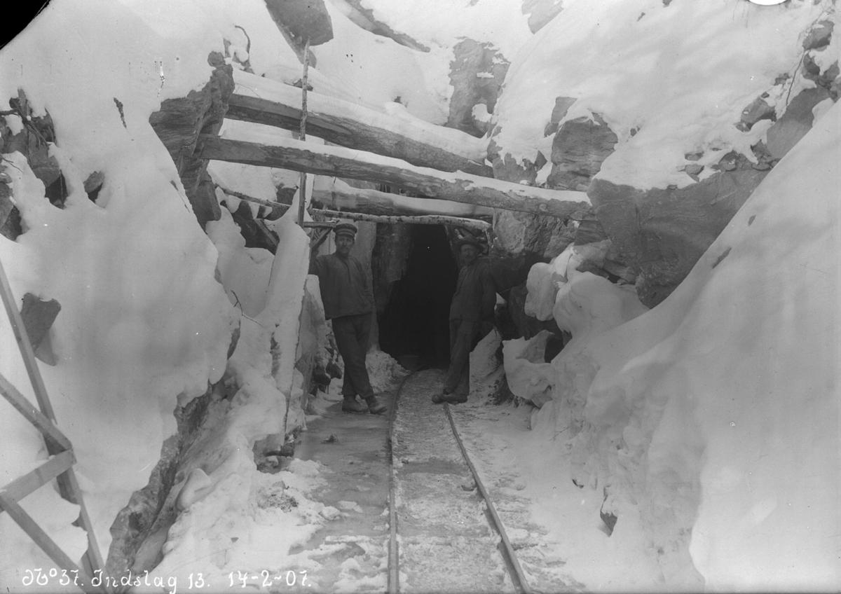 2 arbeidarar ved innslag 13, Lonane, tverrslag, snø