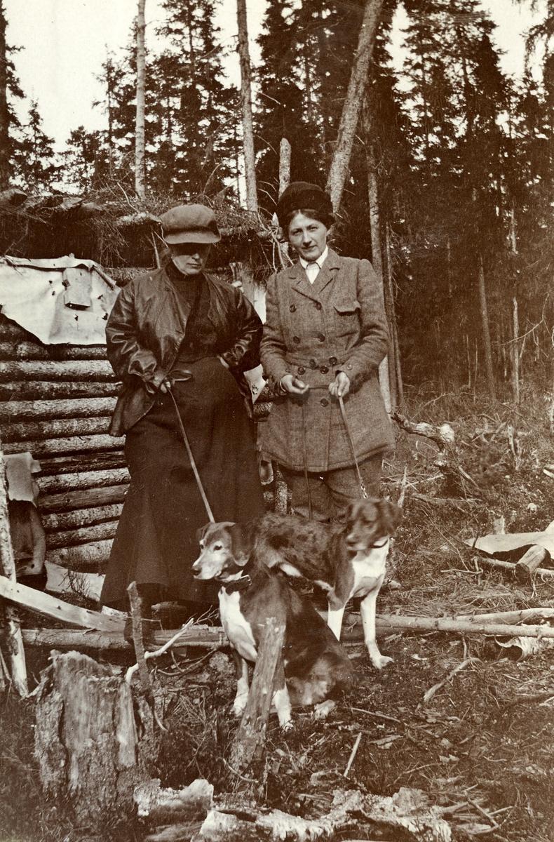 To kvinner med hund