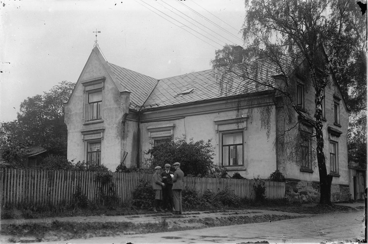 DEN KATOLSKE KIRKE I HEIDMANNSGATE 32 PÅ HAMAR FØR DEN BLE OMBYGD.  Murvillaen ble bygd for Kristen og Anette Getz i 1887, og etter flere eierforhold overlot B. H. Drenth bygget til St. Karl Borromeussøstrene som arbeidet for å etablere en katolsk menighet på Hamar. I 1924 ble det innviet et kapell med 35 sitteplasser her.