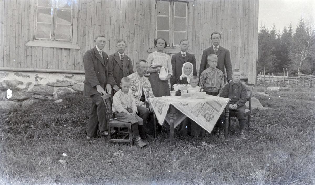 Familie i Mariendal, Nes, Hedmark. Samlet rundt kaffebordet ute.