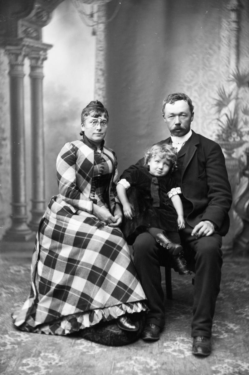 Vincentia Sofie Emma Guidotti Skramstad (1852-1944) og Ludvig Skramstad (1855-1912) med datteren Karen (1891-1956).