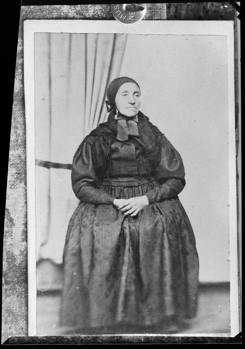 3b5e7a55 Portrett av eldre kvinne i tradisjonelle klær fra rørosområdet. Reproduksjon