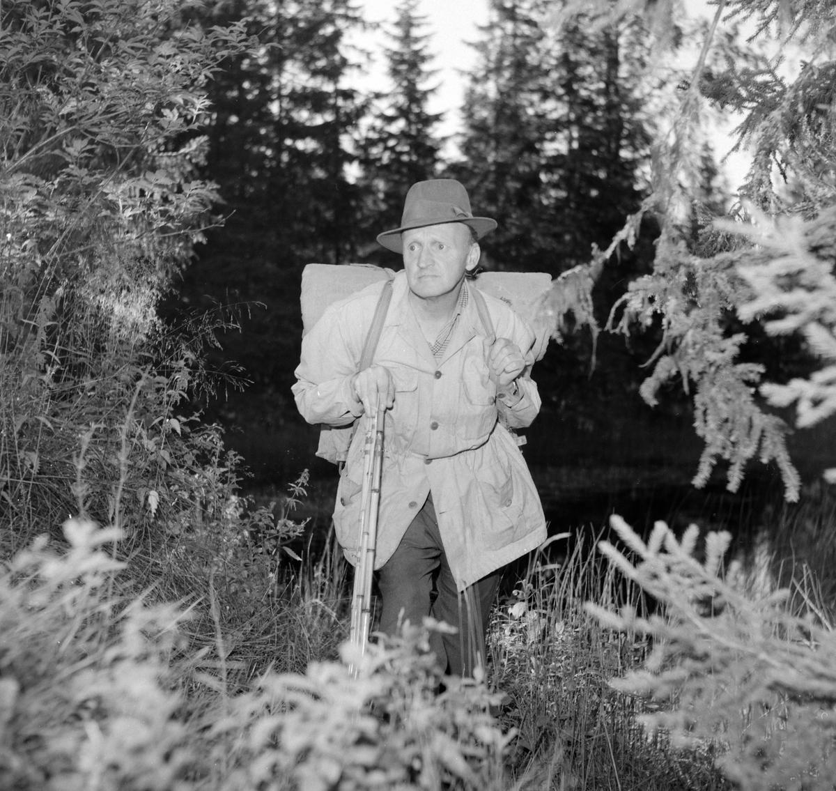 Guttorm P. Haugen. Portrett, med sekk og fiskestang. Friluftsliv.  kunstner; visedikter, forfatter og maler.