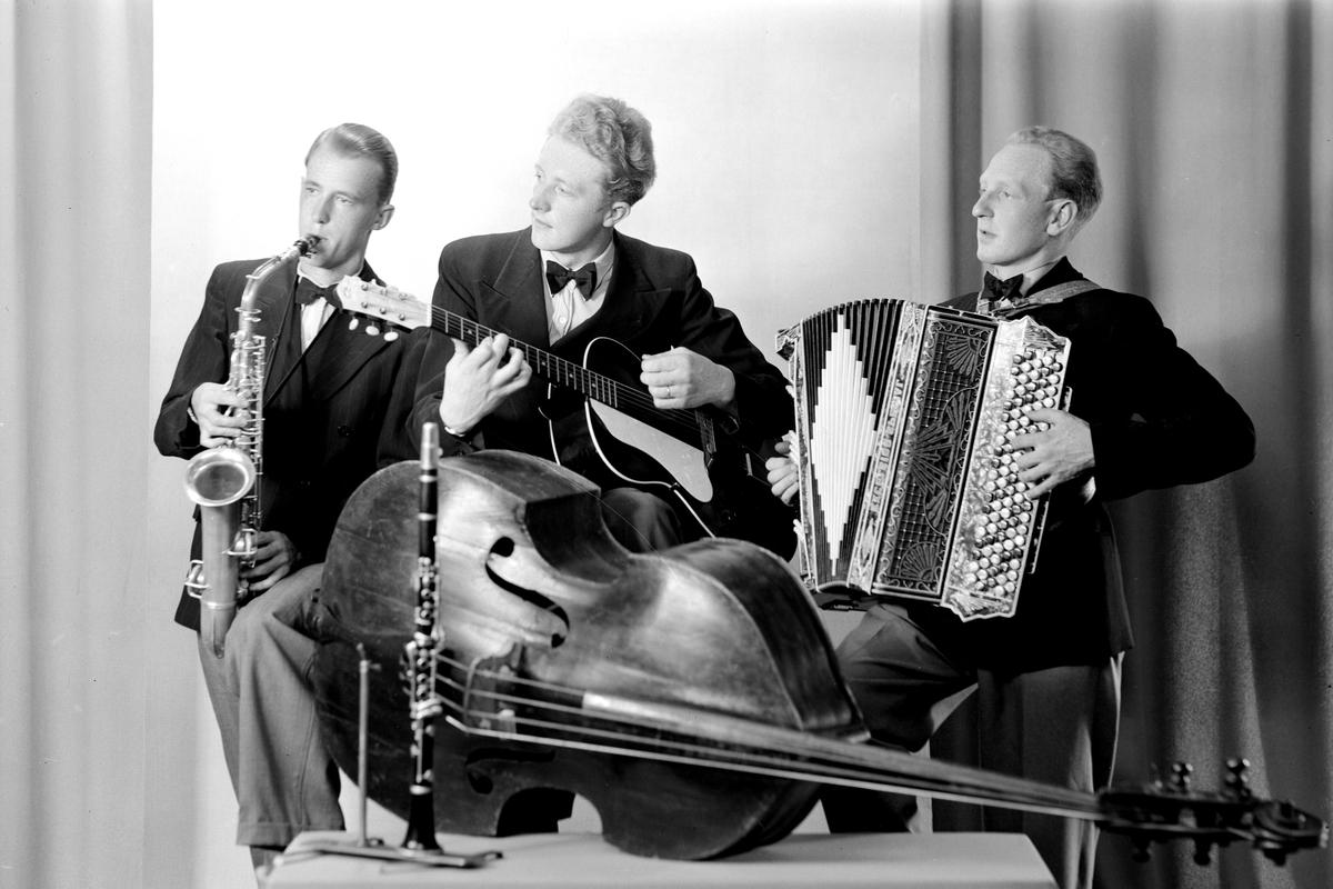 KÅRE ØDEGÅRD, HAMAR. 21. 07. 1943. Musikkgruppe, trio. Trekkspill, gitar/kontrabass og saksofon.