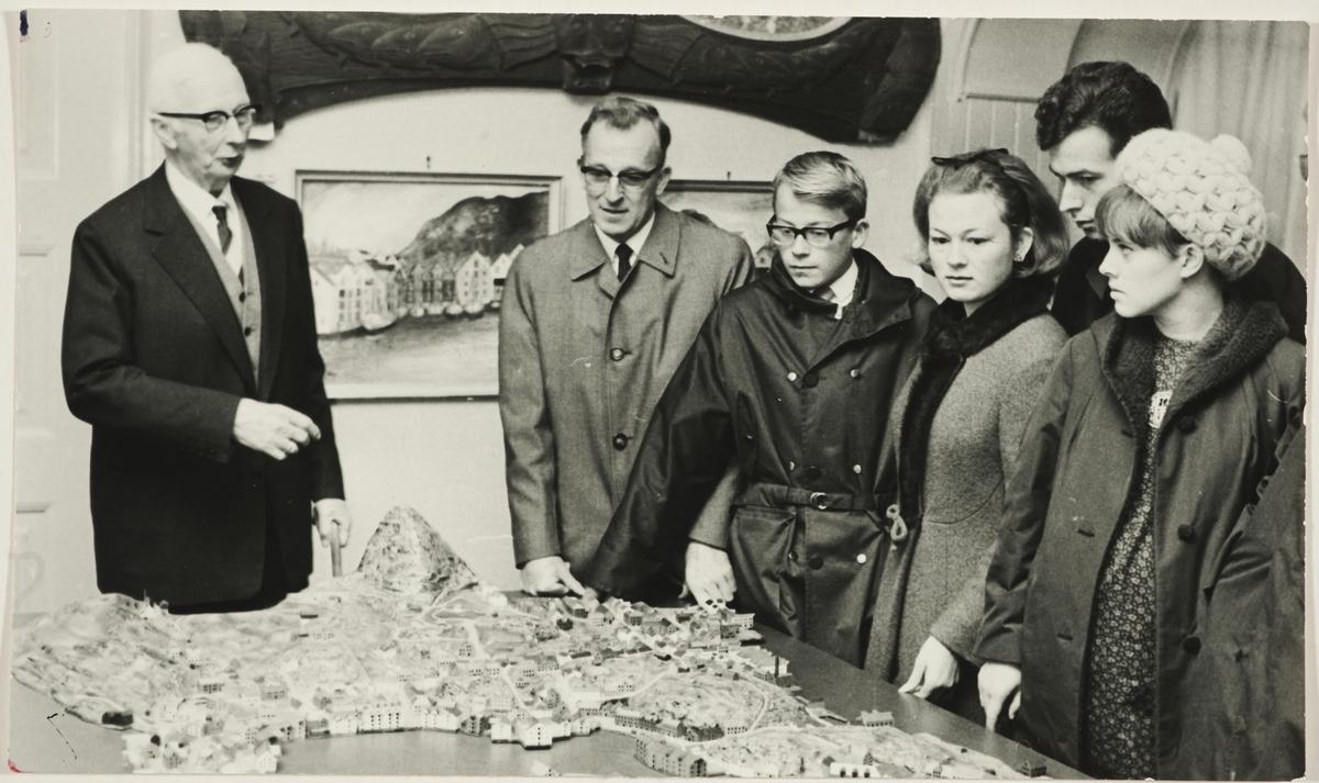 Omvisning på Aalesunds Museum 13. oktober 1968. Bymodellen anno 1898 sentralt i motivet.