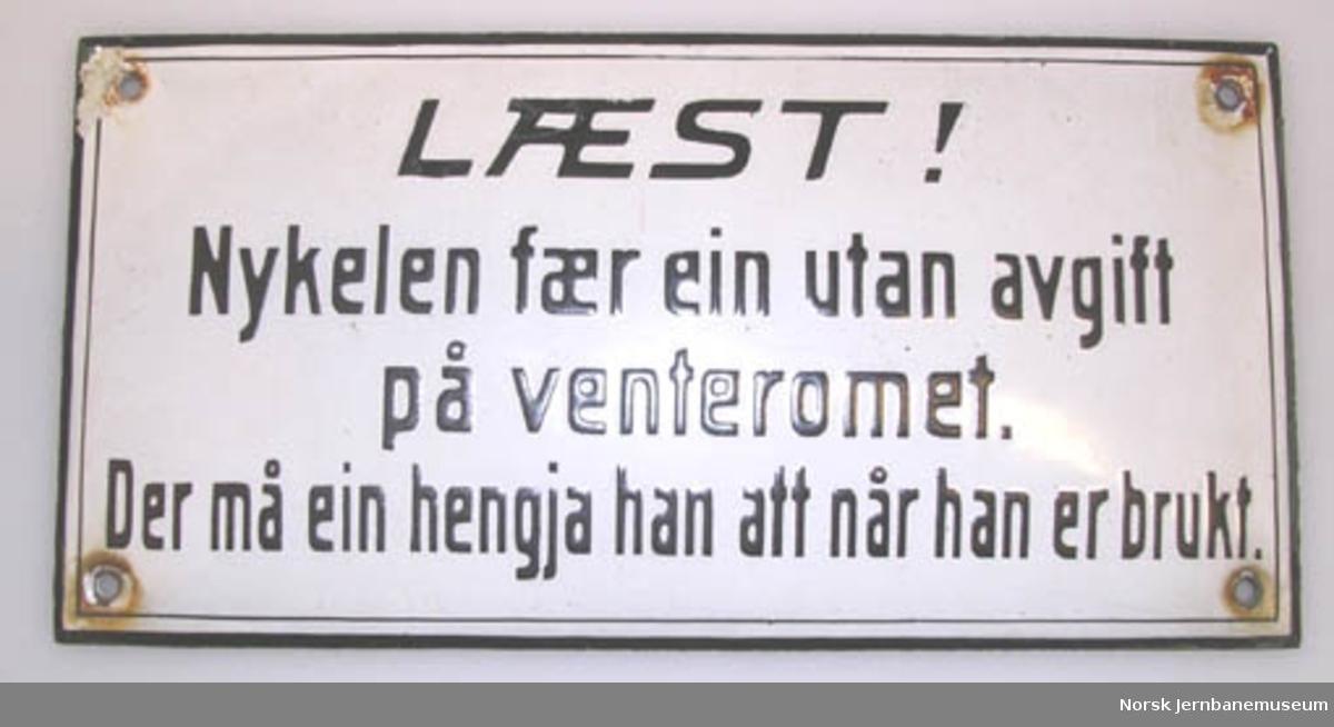 """Skilt : """"Læst! Nykelen fær ein utan avgift på venteromet. Der må ein hengja han att når han er brukt."""" - fra jernbanestasjon"""