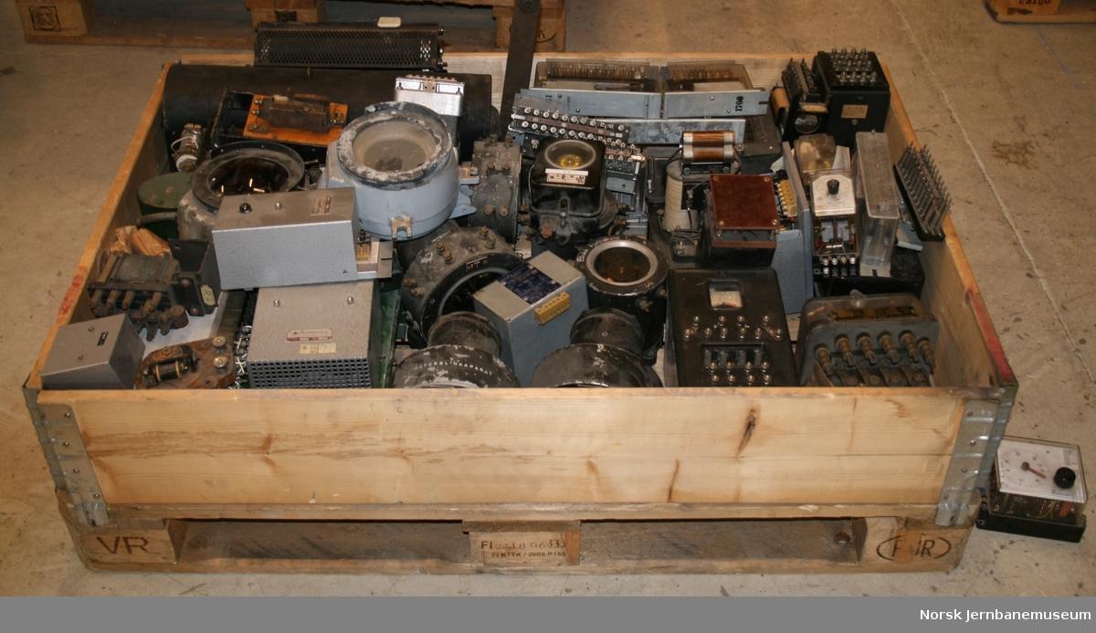 En pall med releer, transformatorer og koblingsrekker til forskjellige typer stillverk (sidespor, veibomanlegg, skifteområde osv).