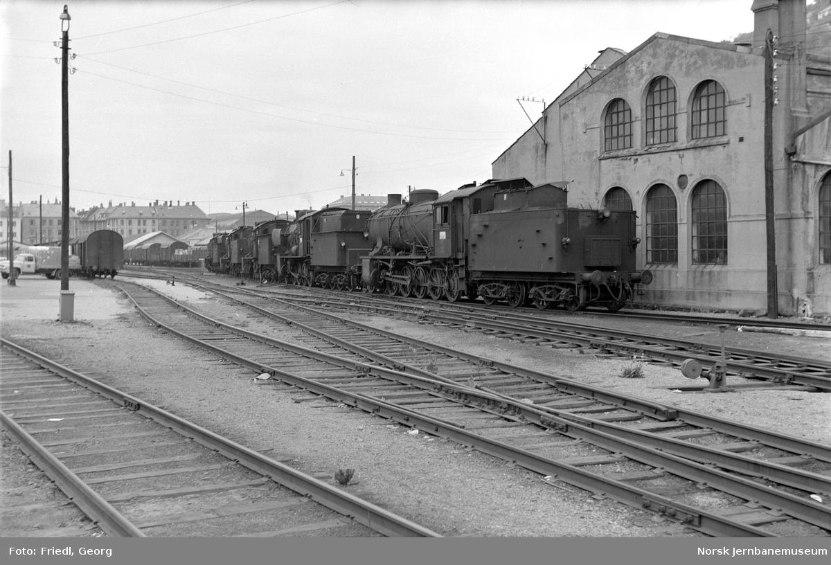 Damplokomotiv type 39a nr. 167, 161, 309, 170 og 168 på Bergen stasjon like før opphugging