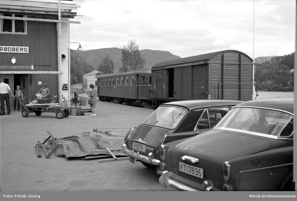 Rødberg stasjon med persontog - motorvogn BM 91 04 og godsvogn