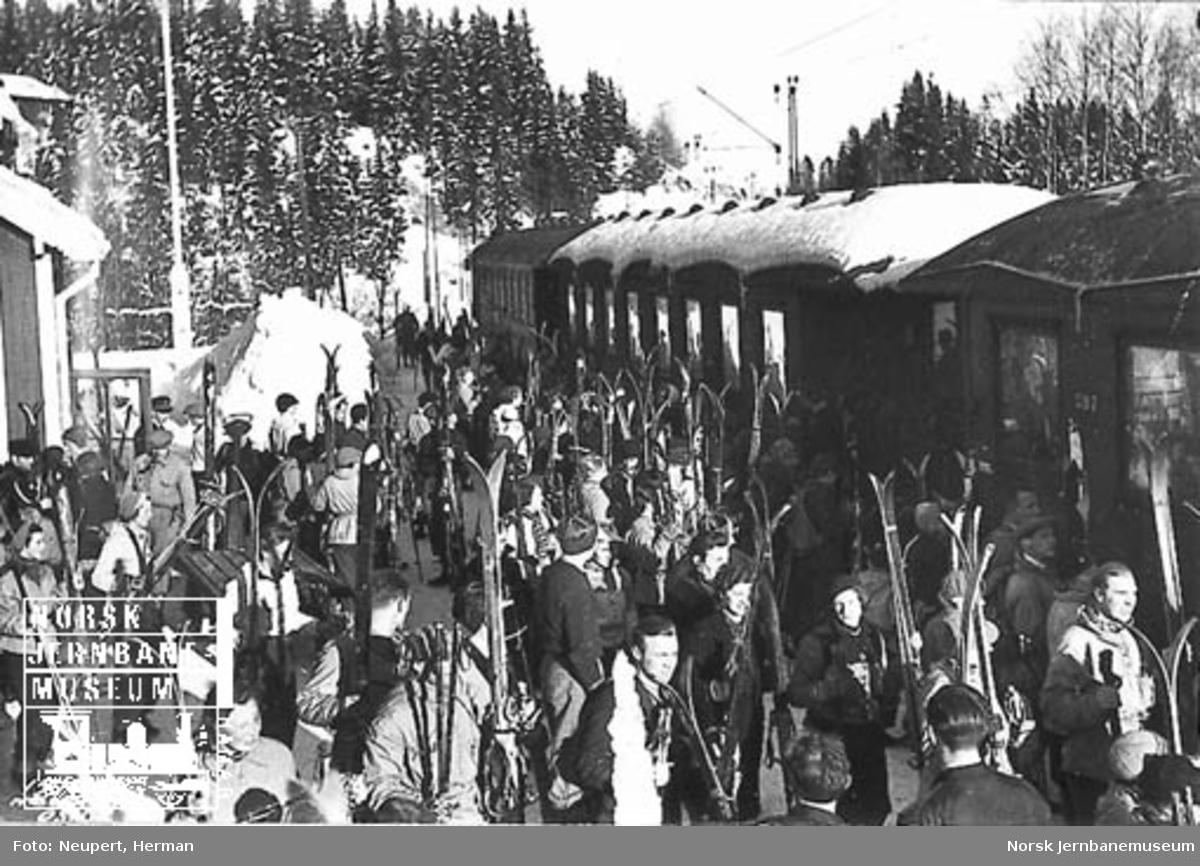 Skiturister på plattformen foran lokaltoget på Billingstad
