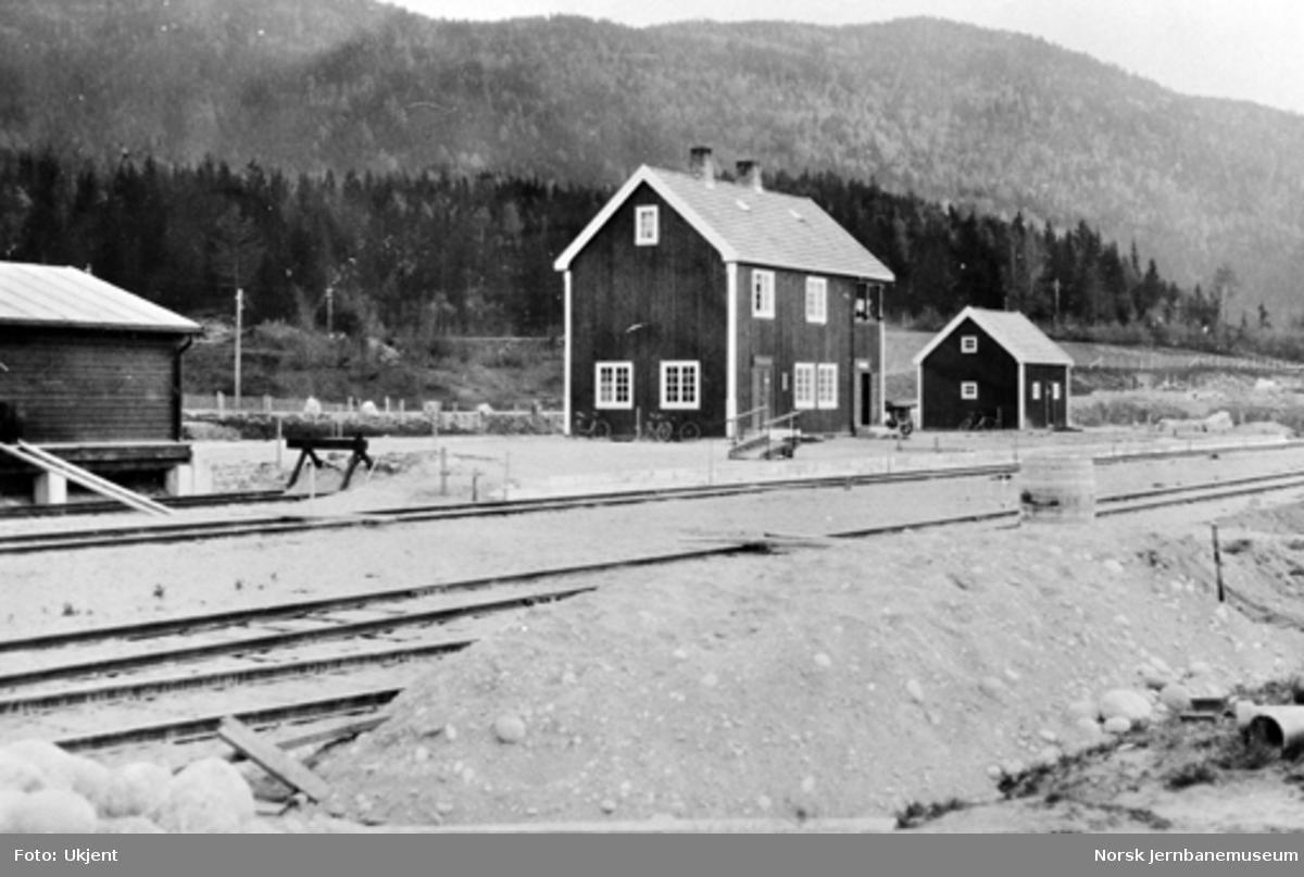 Sperillen stasjon med stasjonsbygning og uthus