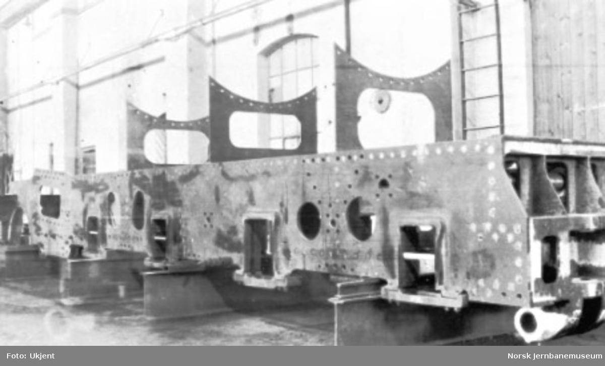 """Damplokomotiv type 49a """"Dovregubben"""" under bygging; ramme med pendelstag"""