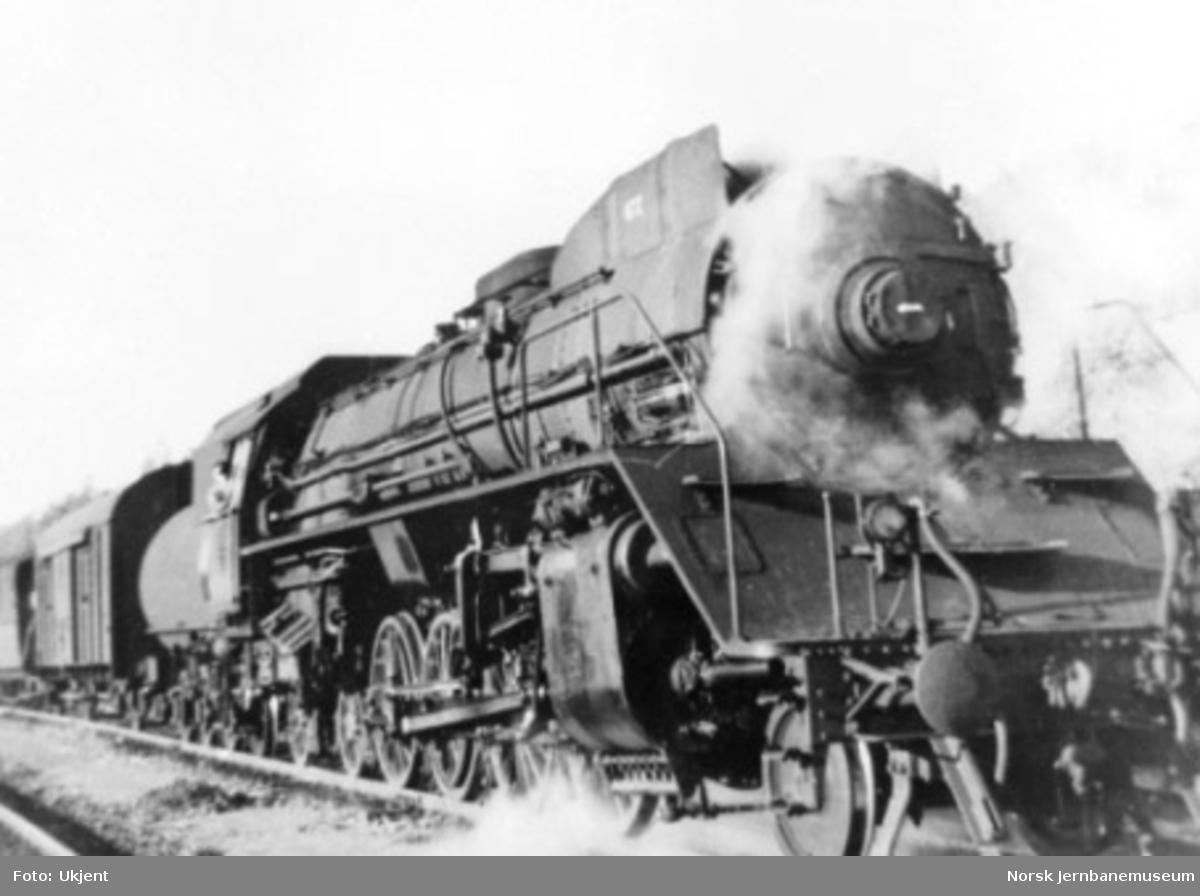 Damplokomotiv type 49c nr. 472 foran tog