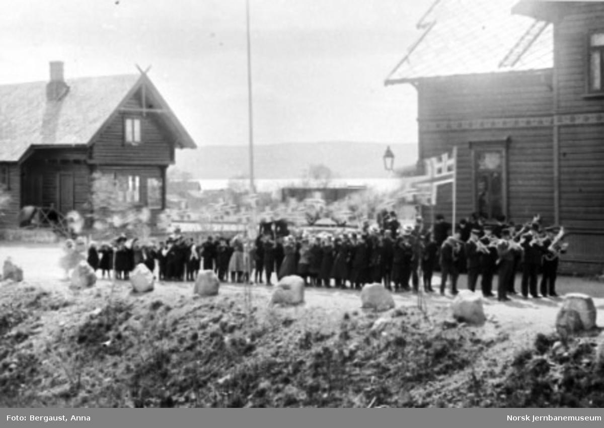 Hornmusikk foran et opptog (17. mai?) på plassen foran Brumunddal stasjon