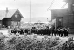 Hornmusikk foran et opptog (17. mai?) på plassen foran Brumu