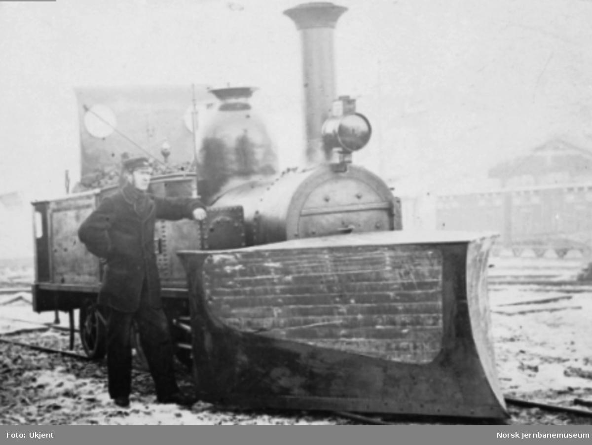 """Damplokomotivet """"Trønderen"""" med snøplog av tre"""