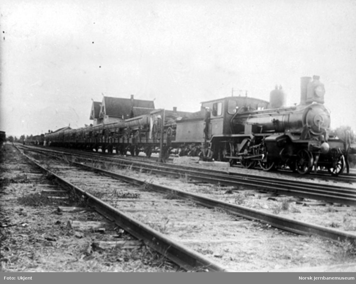 Damplokomotiv type 15c nr. 110 med langt militærtog på Flisa stasjon i anledning feltmanøver