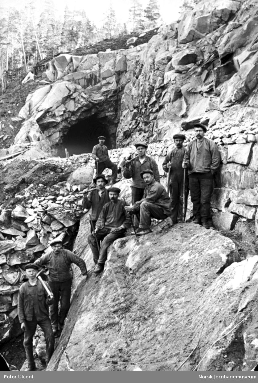 Ni anleggsarbeidere ved søndre tunnelinngang Grønbogen tunnel