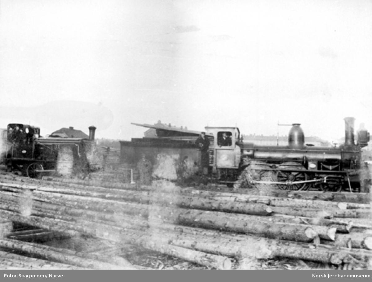 Hovedbanens damplokomotiver litra A nr. 5 og litra D nr. 11 med personale