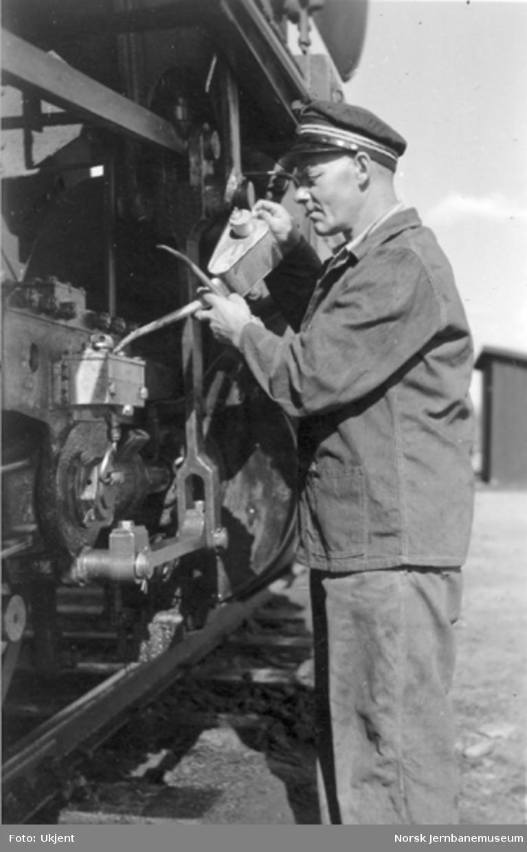 """Smøring av damplokomotiv type 63a """"stortysker"""" under stasjonsopphold"""
