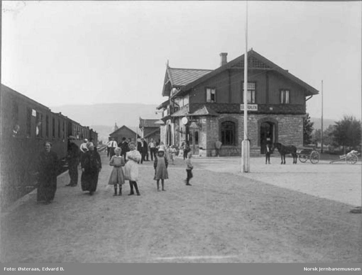 Stjørdal stasjon med persontog ved og reisende på plattformen