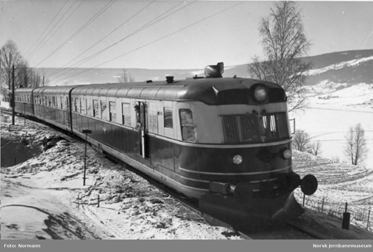 Ekspresstogsett type 88 sør for Lillehammer, vogn 18288 fremst