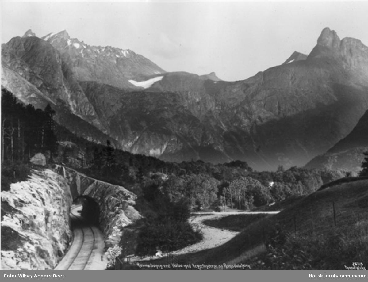 Raumabanens trasé med Åk tunnel. Vengetindene og Romsdalshorn i bakgrunnen