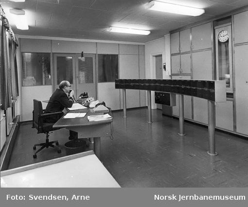 Fjernstyringssentralen i Stavanger med ass. togleder Trygve Ebert