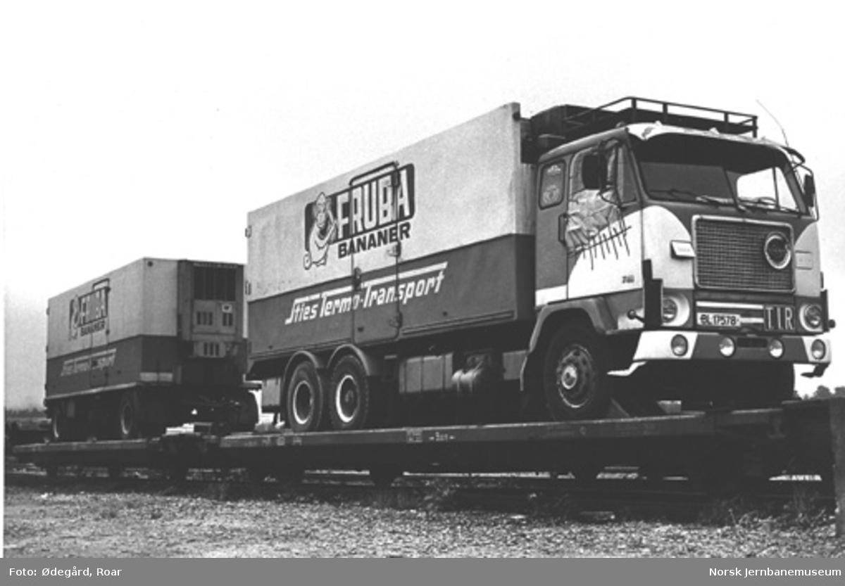 NSB spesialvogn for lastebiltransport litra Ls med opplastet lastebil med henger fra Sties Termo-Transport