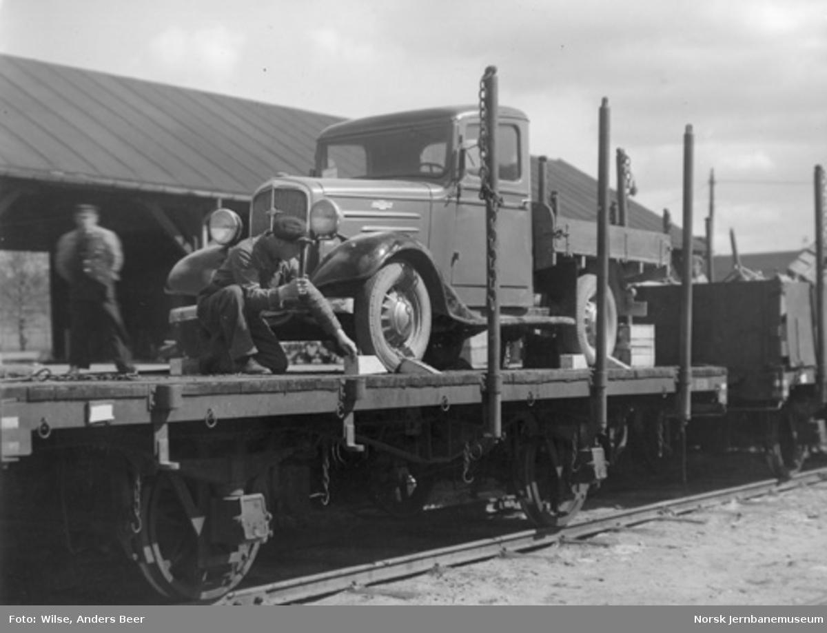 Skoling av en Chevrolet-lastebil som er opplastet på en godsvogn litra T3