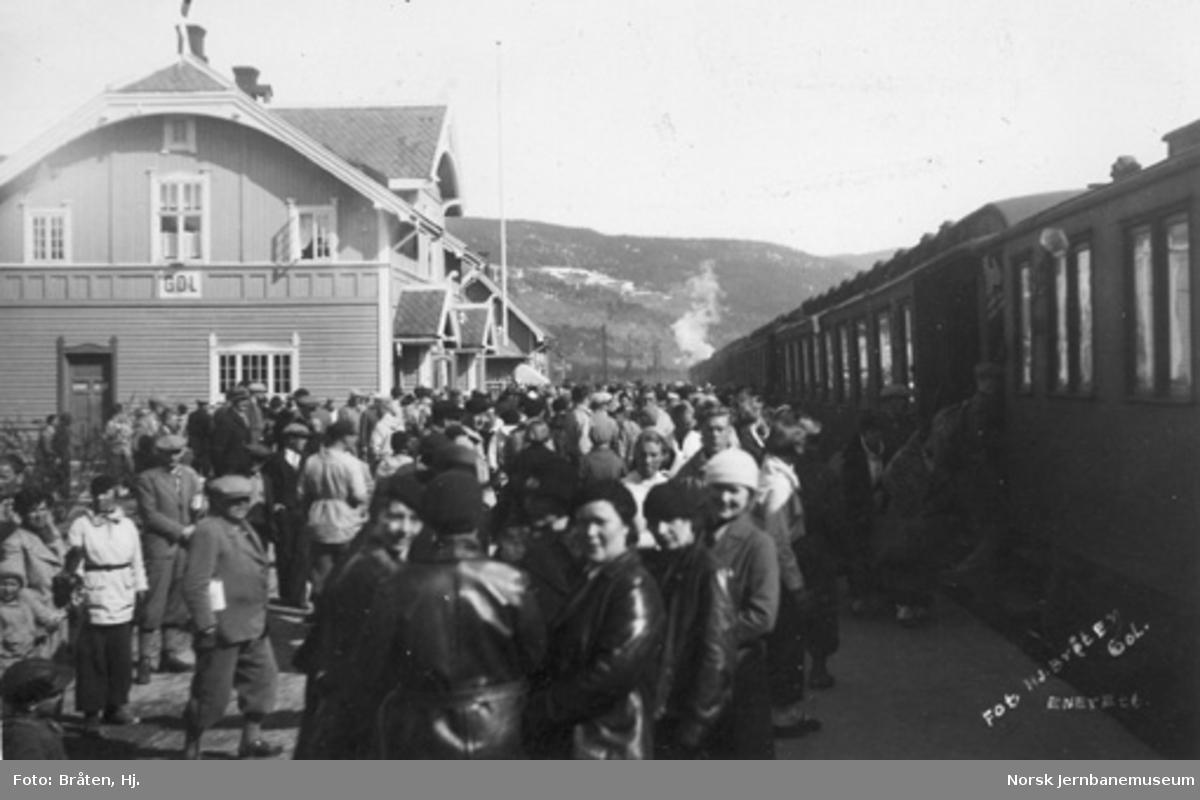 Gol stasjon med reisende og persontog
