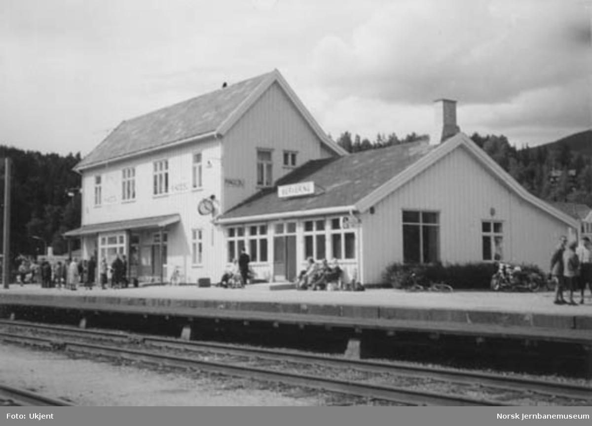 Ringebu stasjon med reisende på plattformen