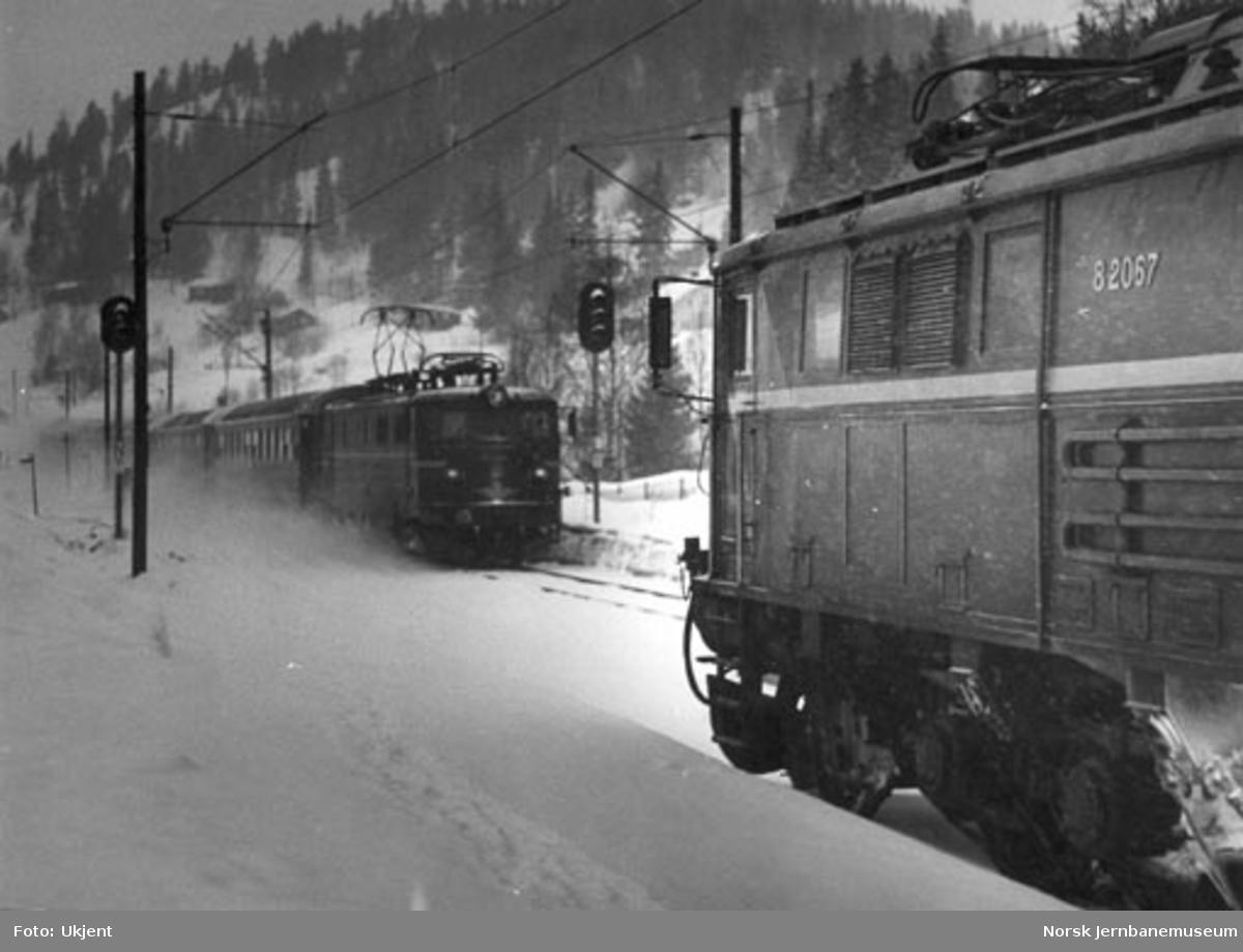 Kryssing : Elektrisk lokomotiv El 8.2067 avventer møtende persontog trukket av El 13
