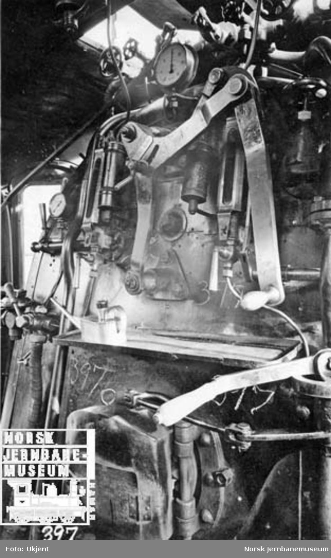Damplokomotiv type 26c nr. 397 i Lodalen, interiør i førerhytta