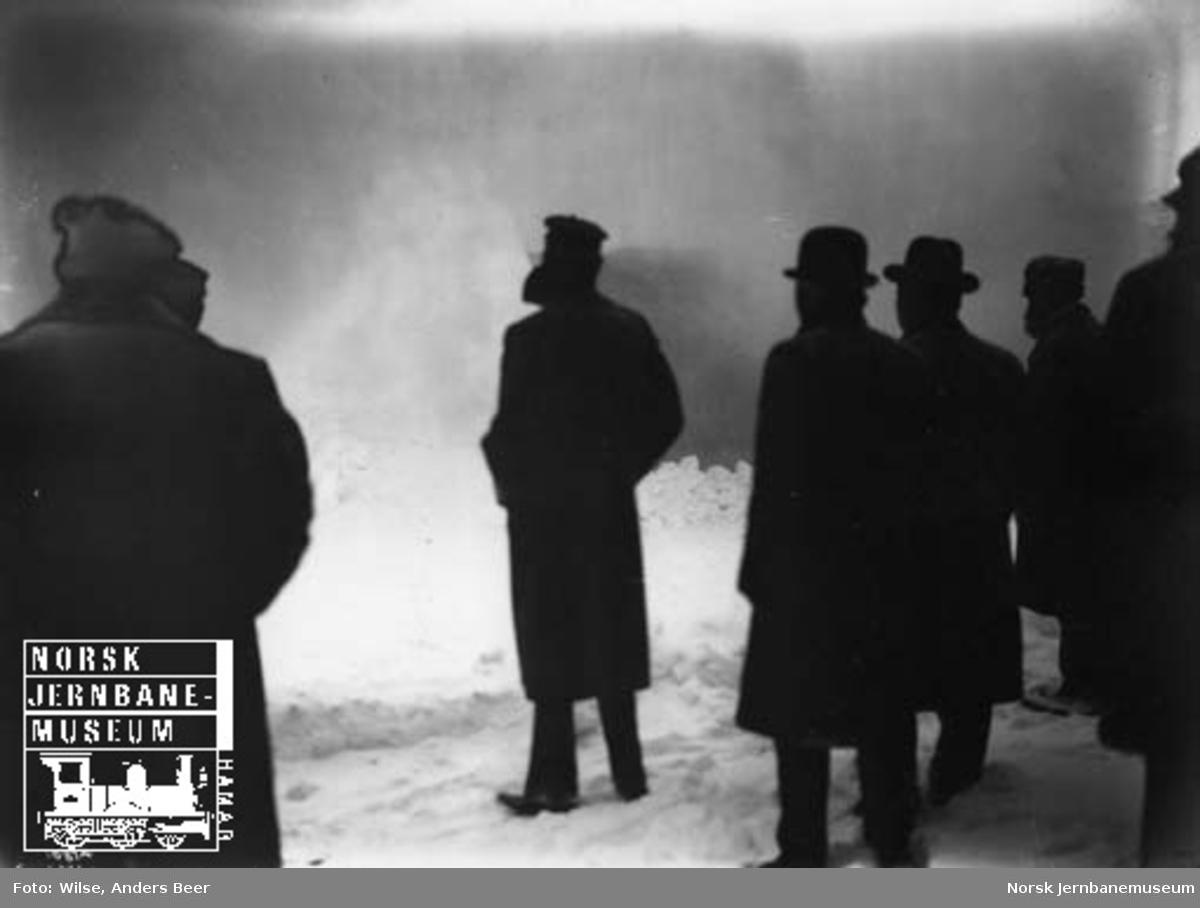 Kong Haakon med følge ser på roterende snøplog