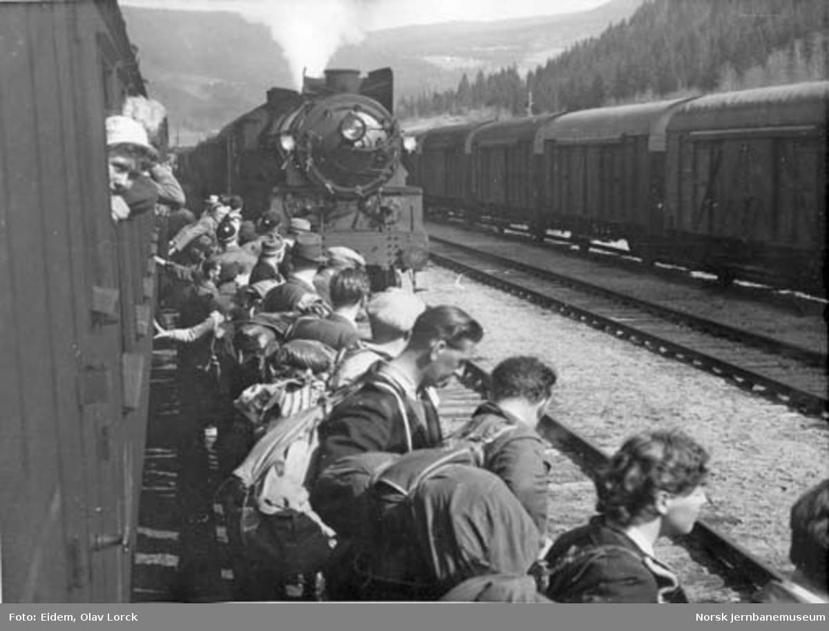 Påsketrafikk 1949 : kryssing og ventende reisende på Gol stasjon